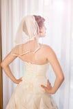 看窗口的典雅的新娘 免版税库存图片