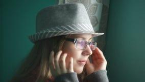 看窗口的帽子的美丽的少妇 股票视频