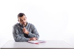 看笔记本检查的体贴的大学生 免版税库存照片