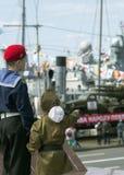 看第二次世界大战的技术苏联士兵制服的孩子  免版税库存图片