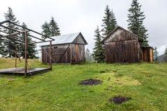 看管在草甸的木小屋秋天季节的 库存图片