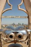 看米兰风景的旅游双筒望远镜  免版税库存照片