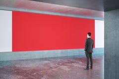 看红色广告牌的人 免版税库存图片