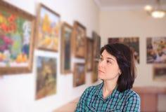看绘画的少妇 免版税图库摄影