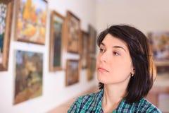 看绘画的少妇 免版税库存照片