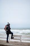 看美丽的海洋的远足者 免版税图库摄影