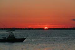 看美好的日落的渔夫 免版税库存图片