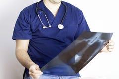 看肺射线照相的医生 库存图片