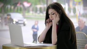 看膝上型计算机和签字的文件的悲哀年轻女人 担心的面孔女实业家 概念感觉认为 股票录像