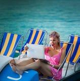 看膝上型计算机屏幕的惊奇的妇女 免版税库存照片