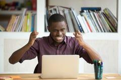 看膝上型计算机屏幕的沮丧的情感商人 免版税库存照片