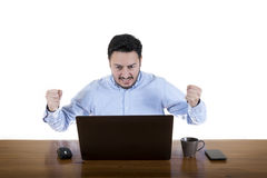 看膝上型计算机屏幕的贪婪的商人 免版税库存照片