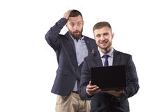 看膝上型计算机的两个人 库存图片