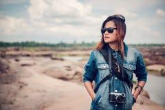 看自然的亚裔妇女 免版税库存图片