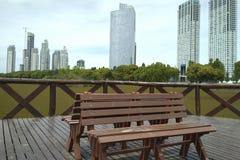 看自然的广场长凳 免版税库存照片