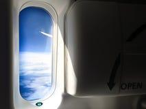 看航空器紧急出口窗口的窗口 免版税库存图片