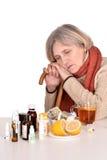 看药片的老妇人 免版税库存图片