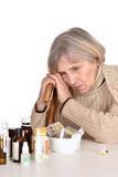 看药片的年长妇女 图库摄影