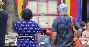 看菜单法国餐馆外的游人在利昂 影视素材