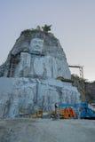 看菩萨的大雕象峭壁的泰国修士 免版税图库摄影