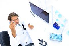 看蓝色液体的试管科学研究员 免版税库存图片