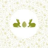 看蛋剪影的复活节兔子 免版税库存照片