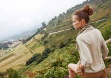 看见从享受美好的风景视图的后面妇女远足者 免版税库存图片