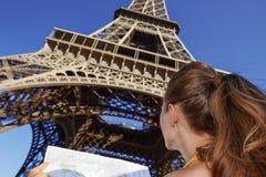 看见从有地图的后面少妇在巴黎,法国 免版税库存照片