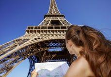 看见从有地图的后面少妇在巴黎,法国 库存图片