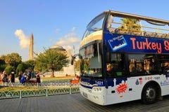 看见公共汽车和圣索非亚大教堂的视域 库存图片