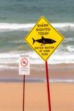 看见在海滩的鲨鱼警报信号 免版税库存图片