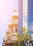 看见在现代buildin后的圣地亚哥大城市大教堂 库存图片