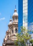看见在现代buildin后的圣地亚哥大城市大教堂 库存照片