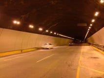 去看见在隧道的汽车 免版税库存图片