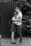 看见她的女儿的母亲的黑白图象在l前 免版税库存照片