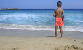 看见海的年轻男孩 库存图片