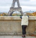 看见从后面现代女孩在巴黎,法国 库存图片