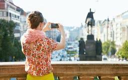 看见从拍与照相机的后面妇女照片在布拉格 免版税库存图片
