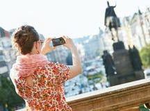 看见从拍与照相机的后面妇女照片在布拉格 免版税库存照片