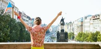 看见从有捷克旗子欣喜的后面少妇在布拉格 免版税库存图片