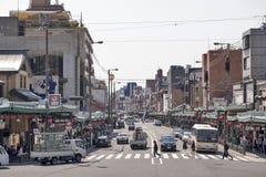 看见从Yasaka寺庙,京都,日本的Shijo街连续中心东西向通过城市的商业中心 库存图片