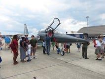 看见F 20虎鲨喷气式歼击机的排列 库存照片