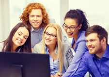 看计算机显示器的微笑的企业队 库存照片