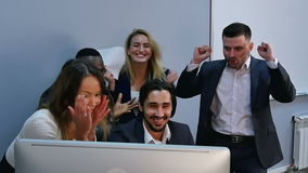 看计算机显示器的惊奇的年轻商人在办公室 影视素材