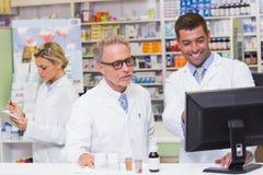看计算机的药剂师队  免版税库存图片