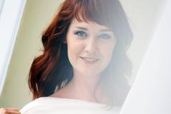 看起来一名美丽的红发的妇女的画象调情 库存图片