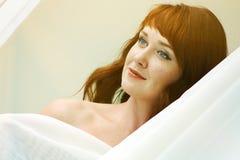 看起来一名美丽的红发的妇女的画象调情 免版税库存照片