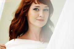 看起来一名美丽的红发的妇女的画象调情 免版税库存图片