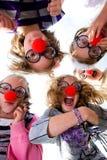 看起来下来小丑的孩子引导 免版税库存照片