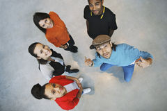 看起来不同种族的青年人愉快 免版税库存照片